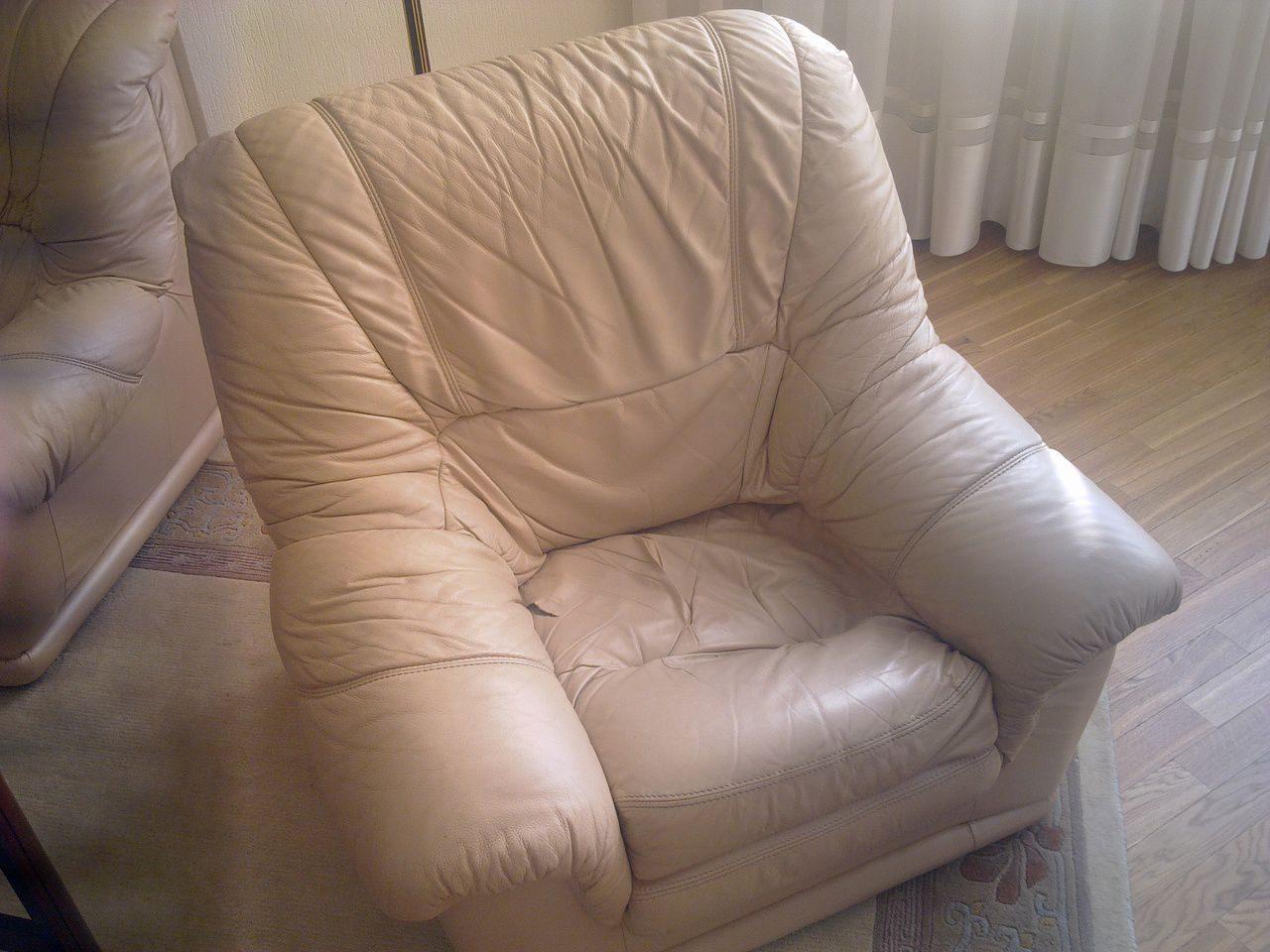 Кожаное кресло фото с девушкой